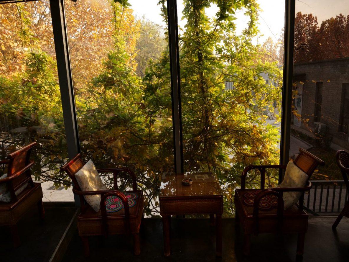 Quelques tables dans un café littéraire du village d'artistes