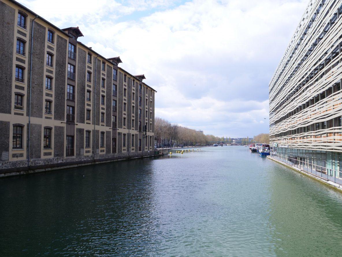 Sur les bords du bassin de la Villette un bol d'air en plein Paris