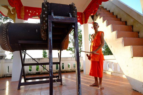 Un jeune novice dans le temple Phra That Khao Noi