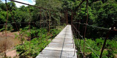 Un pont suspendu dans le parc de Mae Charim