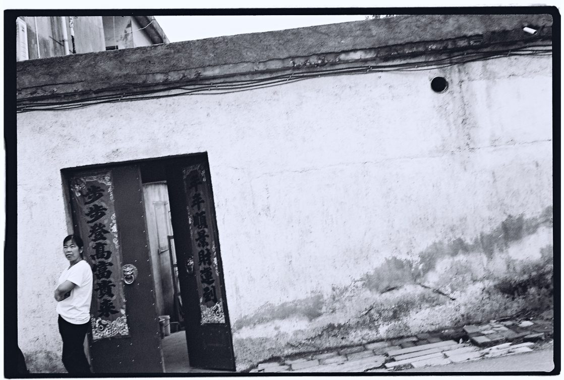 Une habitante de Sangoa attendant les enfants qui rentrent de l'école