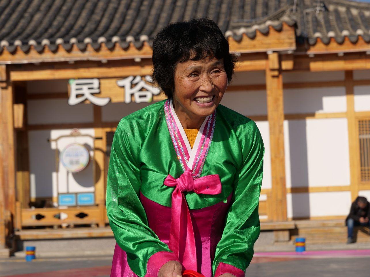 Une habitante du village de Jindalai revêtu d'un vêtement traditionnel coréen