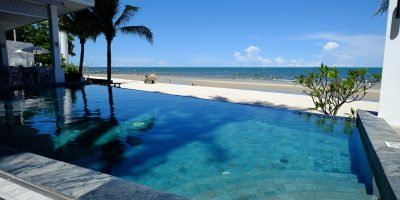 Une jolie piscine d'un bar de plage à Hua Hin