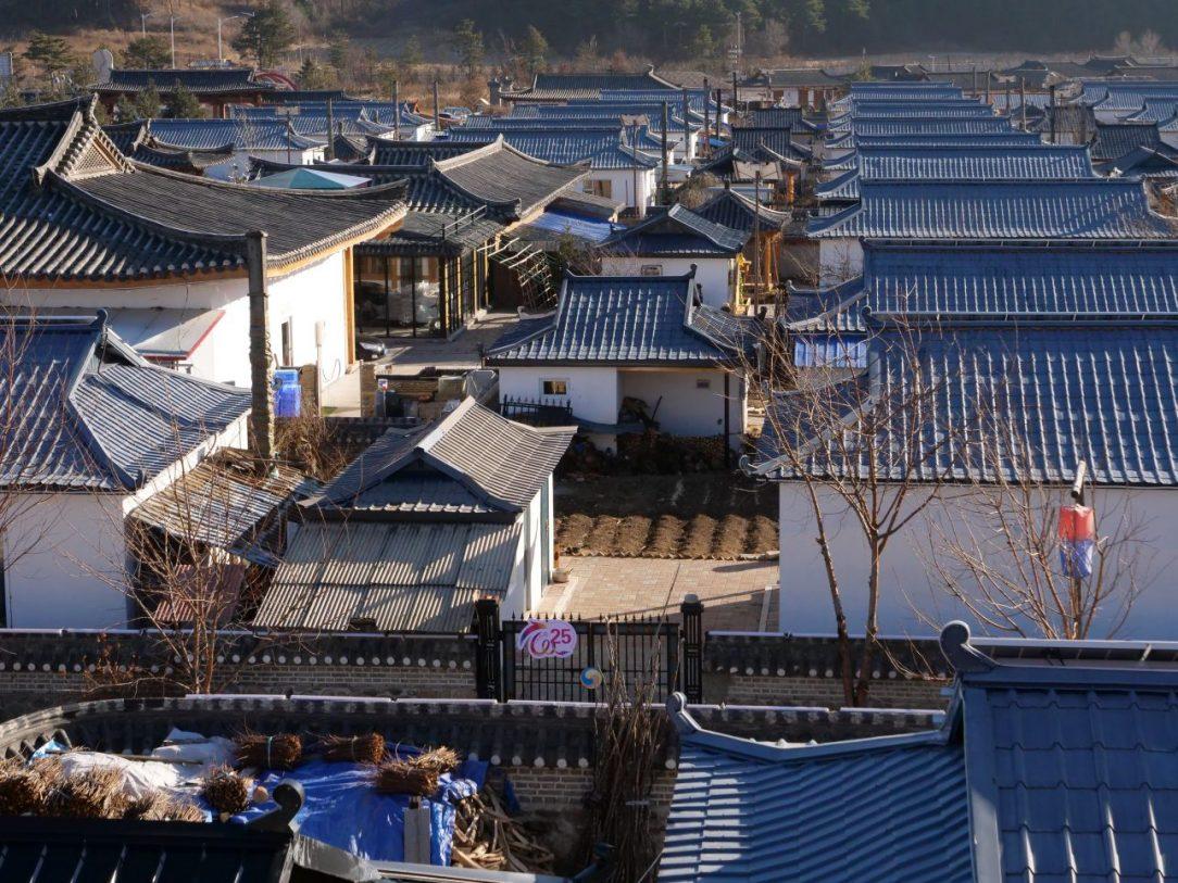 Une vue sur les toits du petit village de Jindalai dans la province autonome de Yanbian