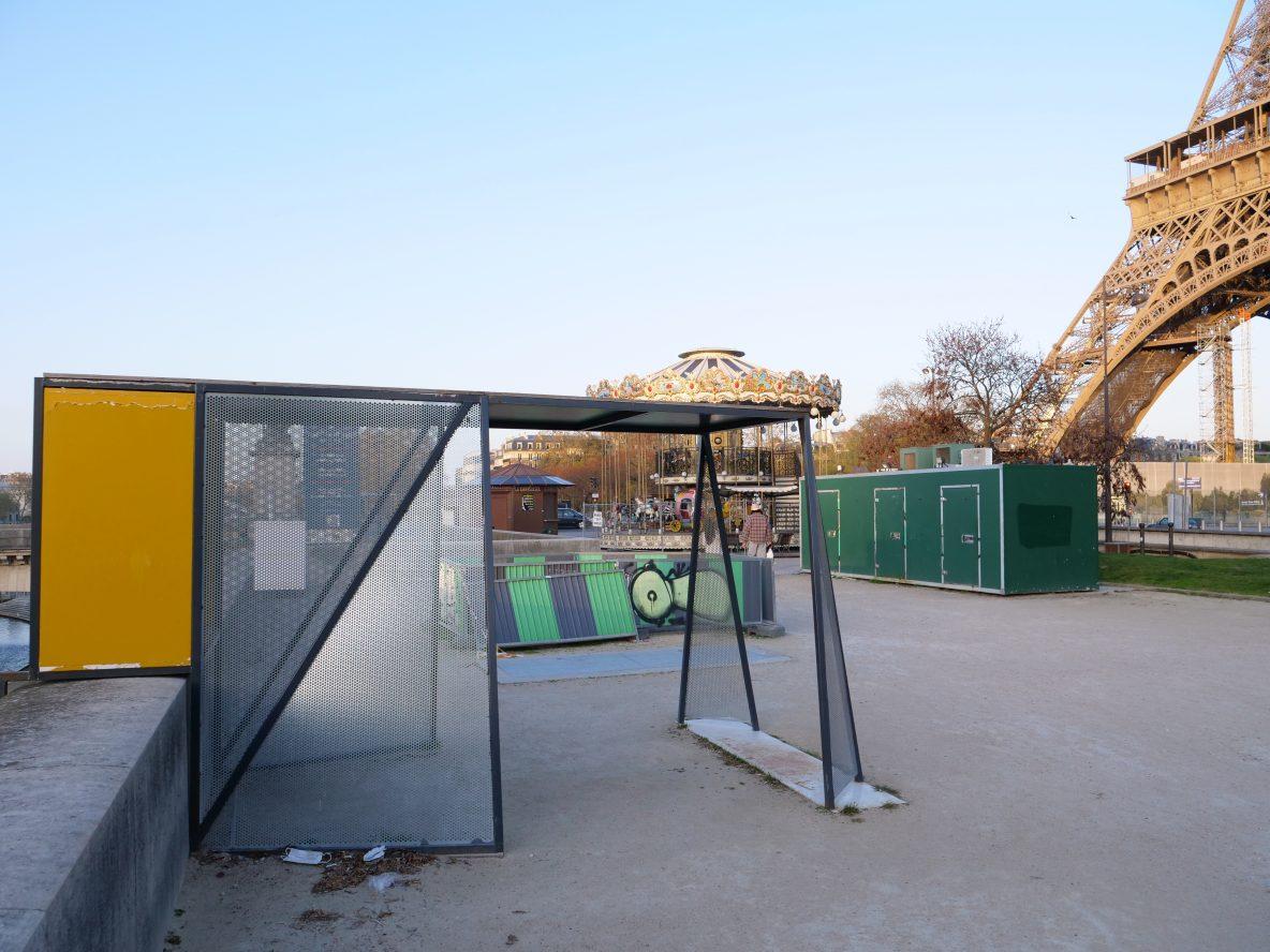 Au fil du temps, une cabane bricolée des palissades de chantiers au pied de la Tour Eiffel