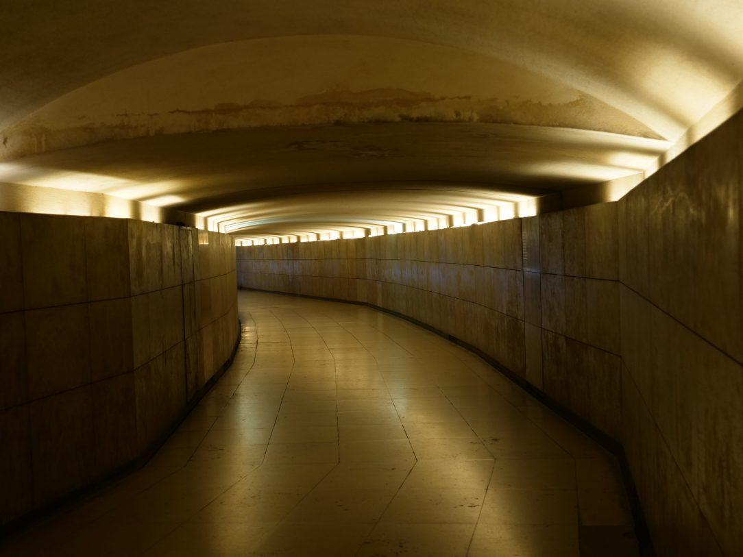 Dans le couloir d'accès qui permet d'accéder au centre de la place de l'Etoile
