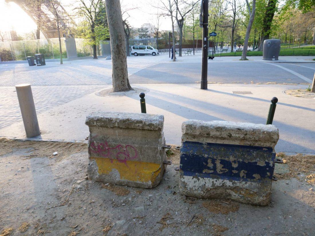 Des blocs de béton qui ornent les allées du Champ de Mars