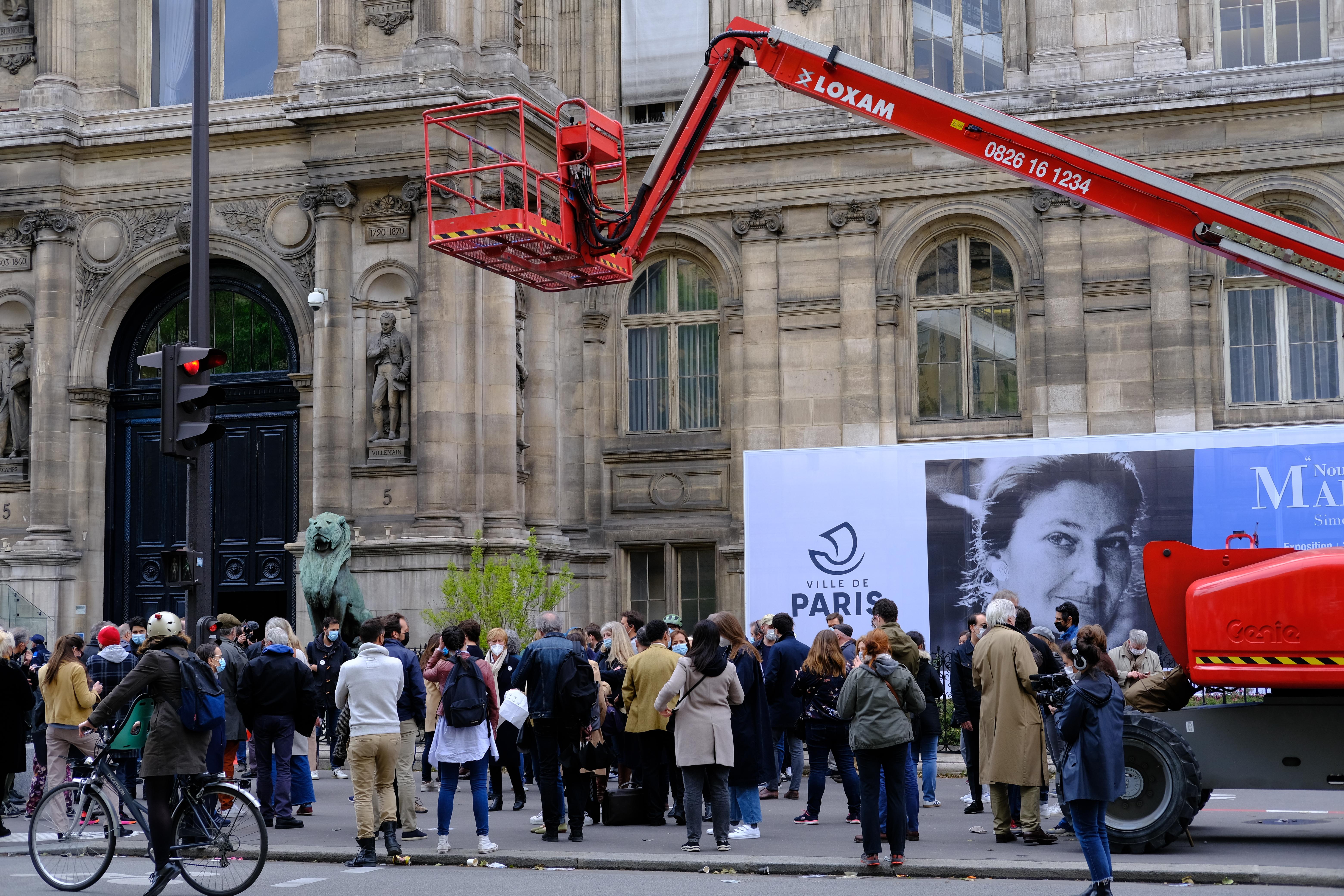 Des parisiens manifestant devant la Mairie de Paris après la vente aux enchères du mobilier parisien, le 25 mai 2021