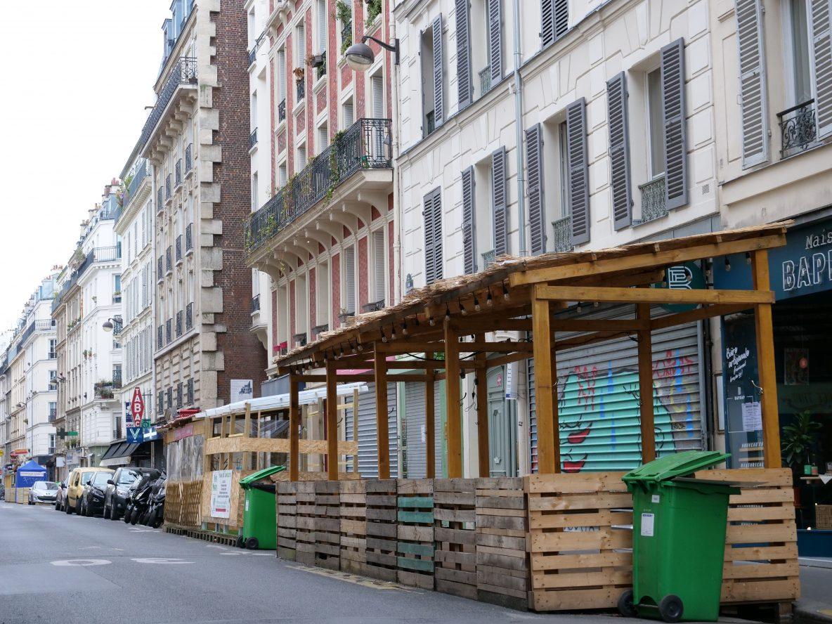 Des terrasses fermées et laissées à l'abandon rue Saint-Maur