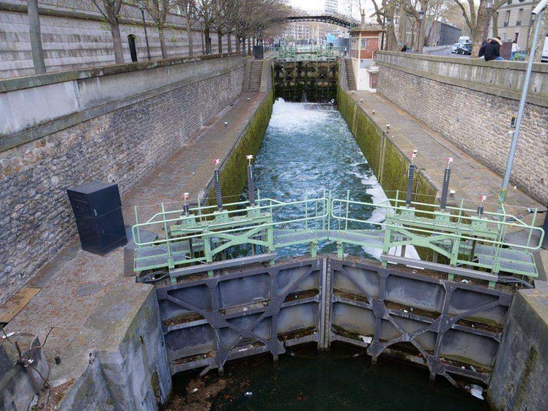 L'écluse entre le bassin de la Villette et le canal Saint-Martin