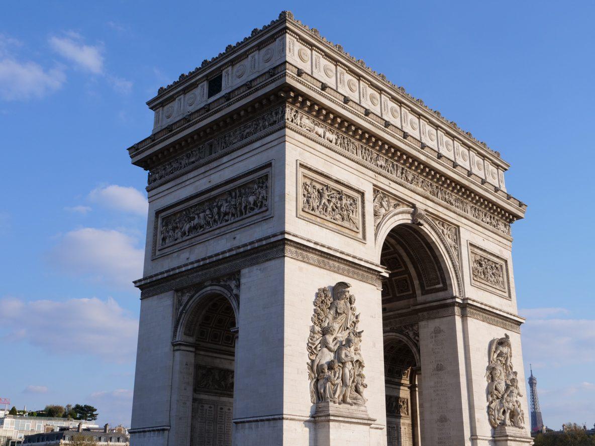 L'Arc de Triomphe à la jonction de trois arrondissements parisiens