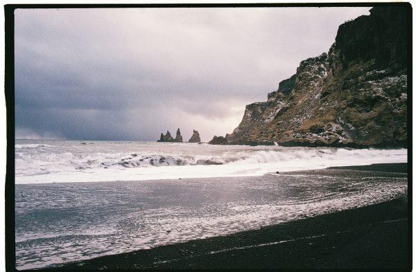 La plage de sable noire de Vik et le fameux reynisdrangar dans les lointains