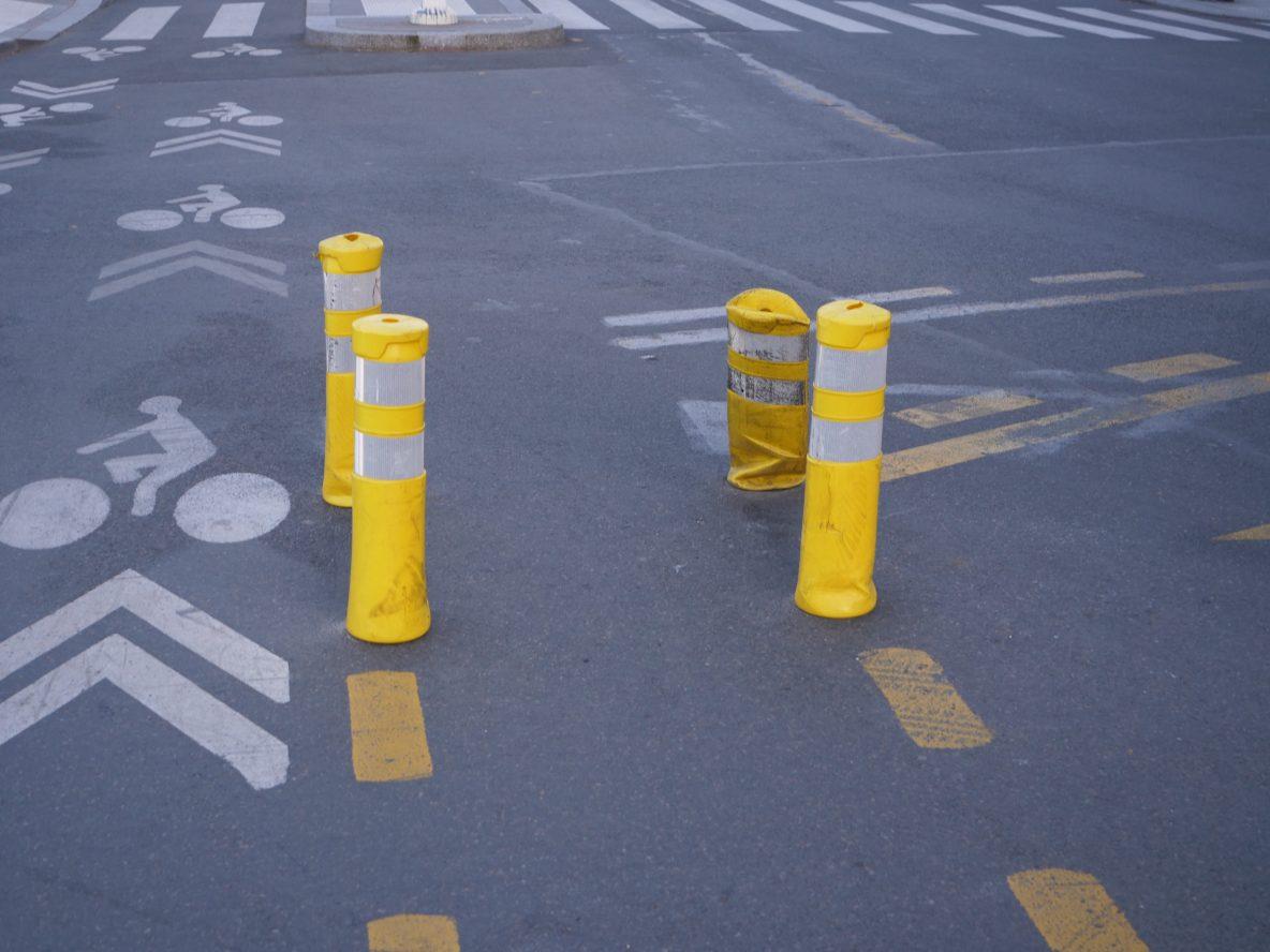 Les fameux plots jaunes tant décriés et installés un peu partout dans la ville