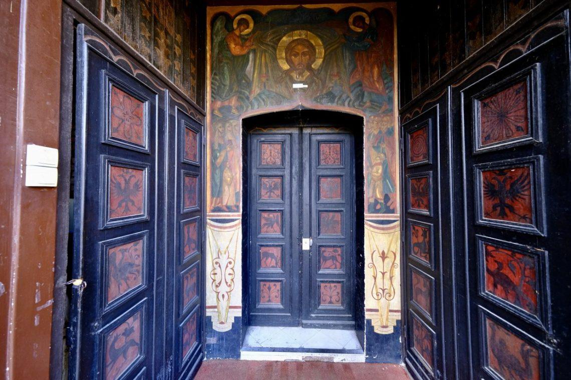 L'une des entrées de l'église Saint-Serge