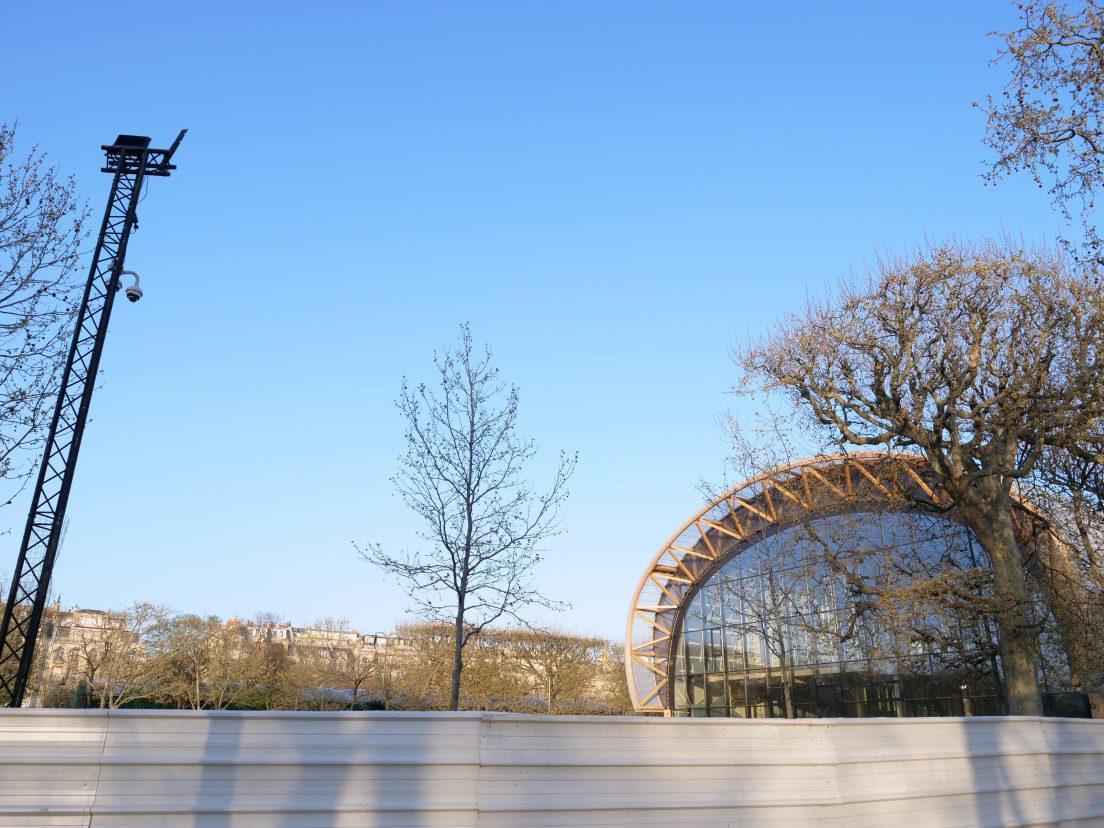 Palissade métallique, projecteurs et caméras de surveillance pour protéger un nouveau bijou architectural parisien