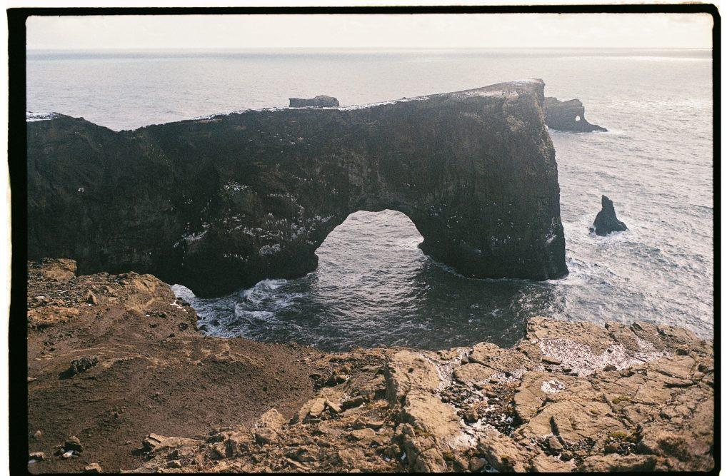 Partir en croisière en Islande pour découvrir une île à l'état brut, ici une arche dans le sud de l'île