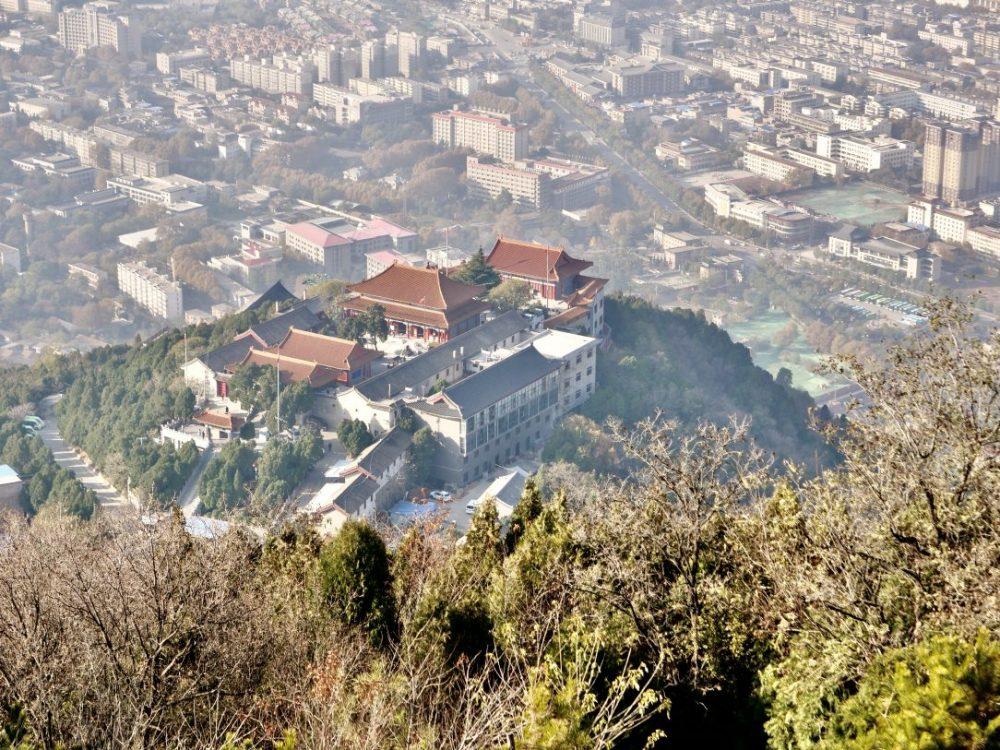 Quelques bâtiments dans les hauteurs sur le site de Huaqing Chi