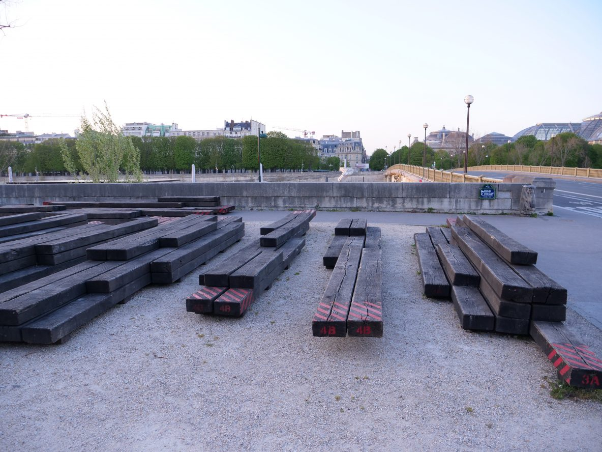 Quelques bancs destructurés devant le pont des Invalides