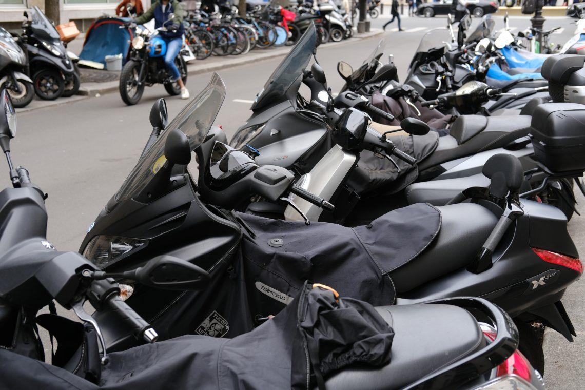 Quelques scooters stationnés rue du colonel Driant à Paris 1er