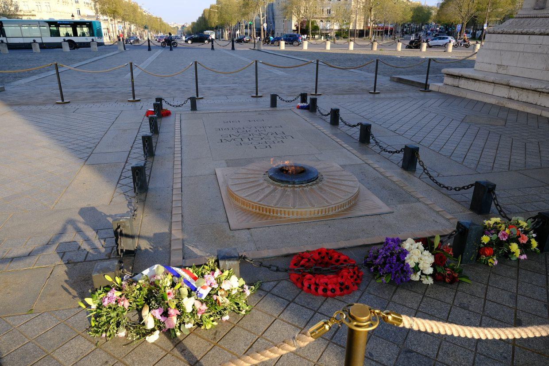 Sous l'Arc se trouve la tombe du soldat inconnu et la flamme éternelle