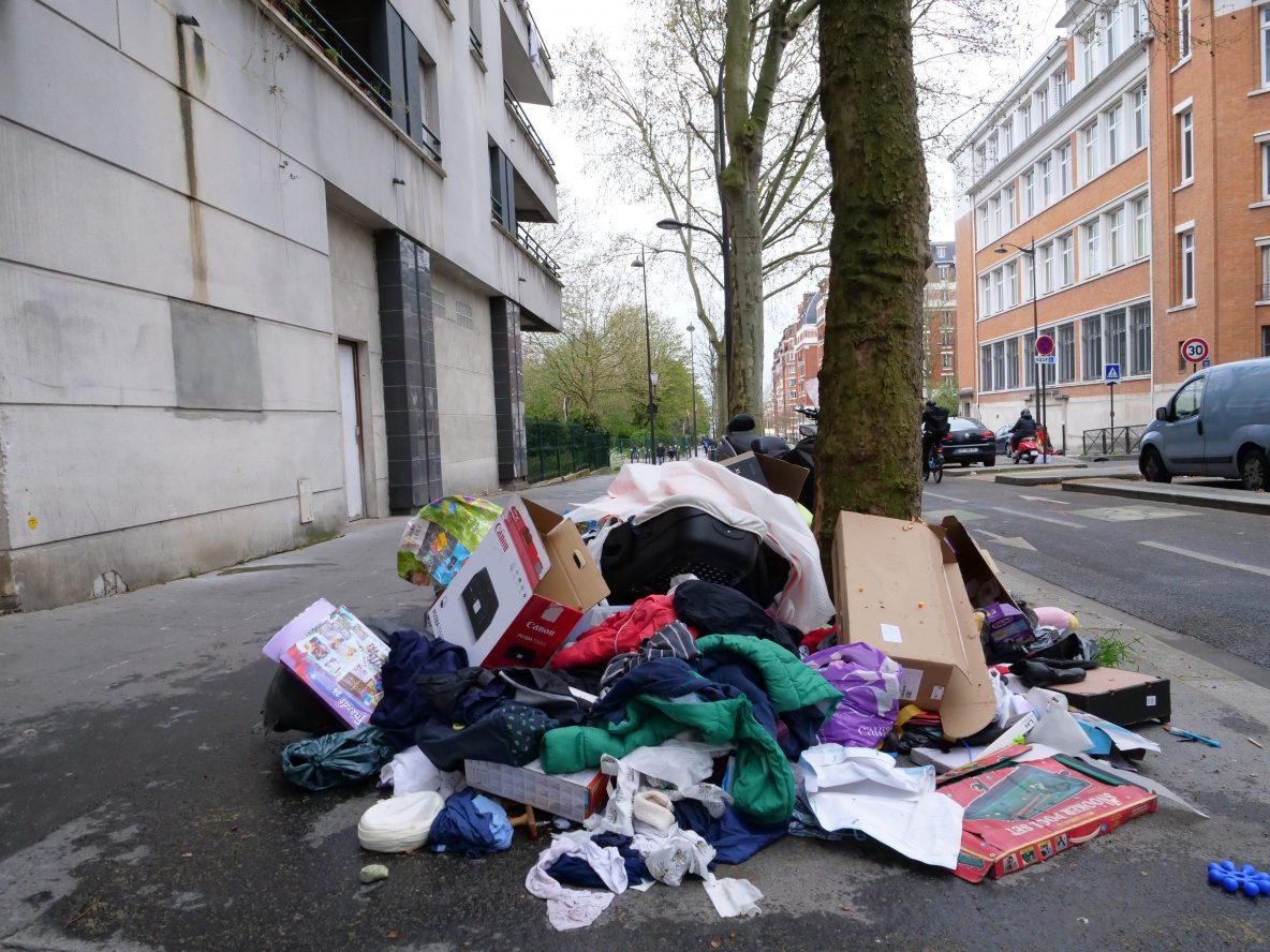 Un dépôt d'ordures et de vêtements rue des Fougères le 5 avril 2021