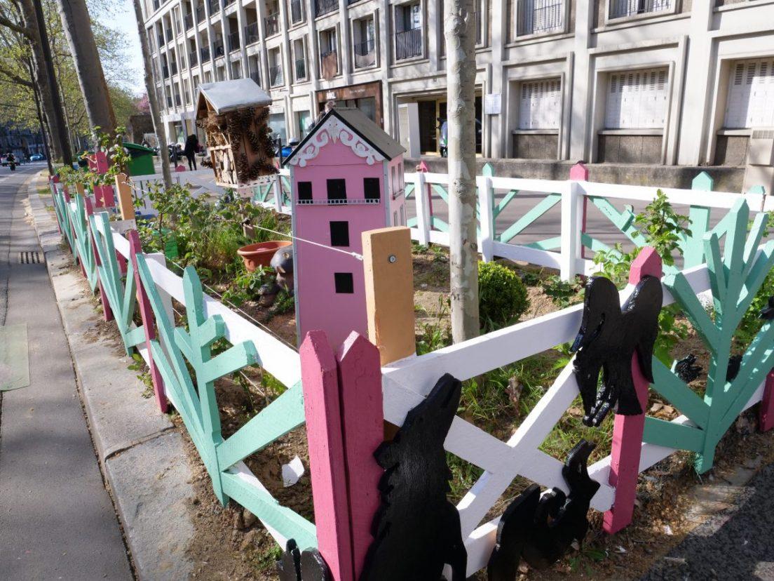 Un jardin parisien sur l'avenue Daumesnil le 8 avril 2021