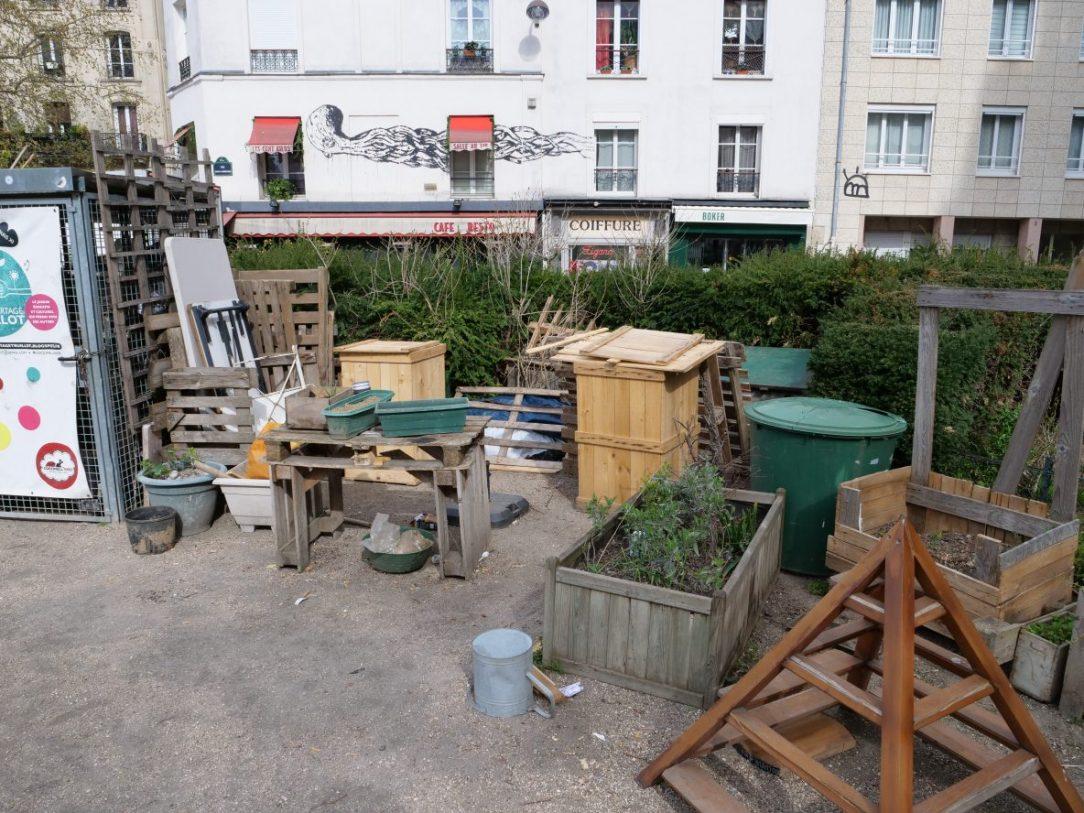 Un jardin public à Saint Ambroise qui ressemblerait presque à un dépotoir, le 6 avril 2021