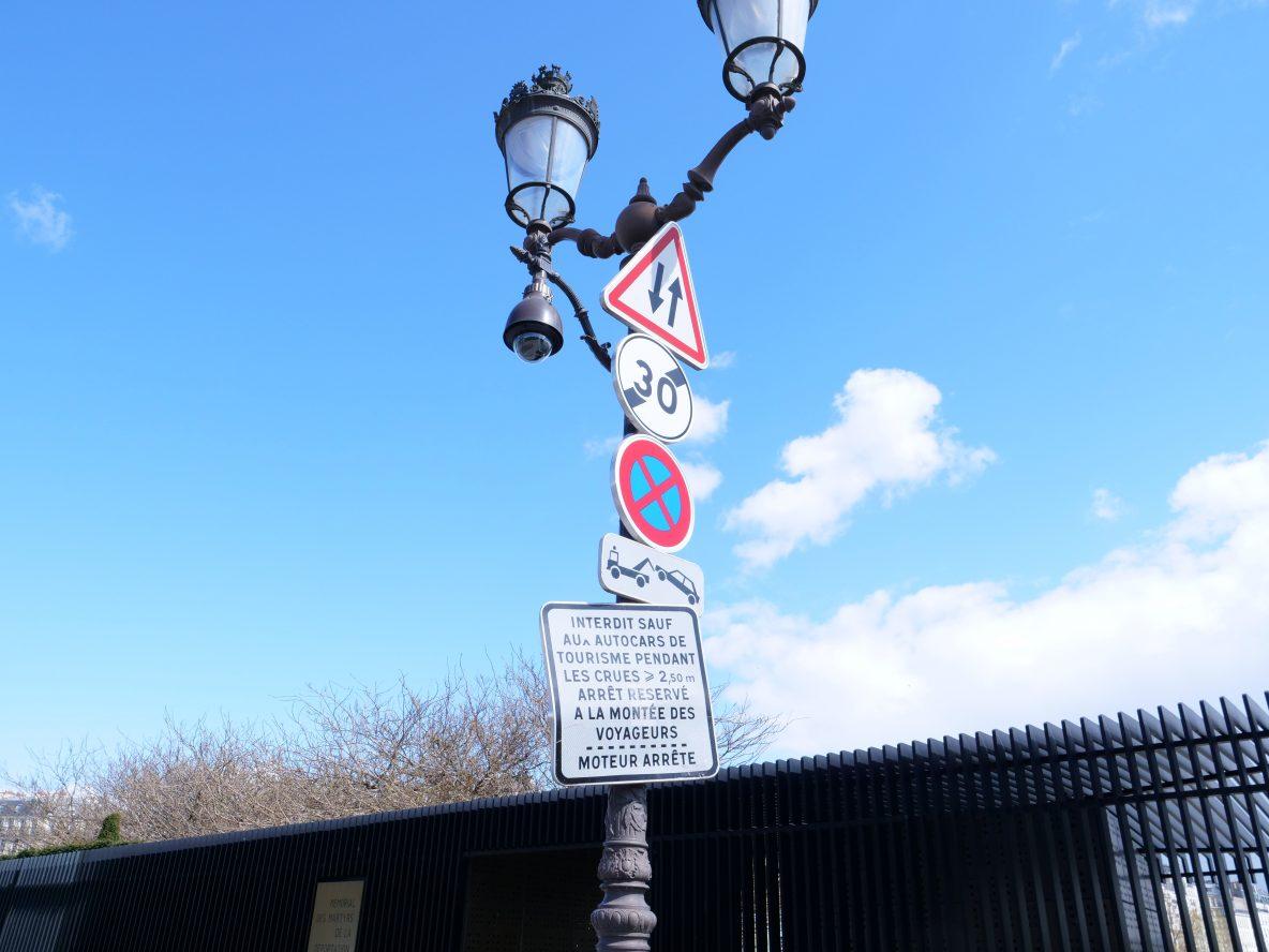 Un lampadaire historique de Paris ayant survécu au grand remplacement mais pas au code de la route