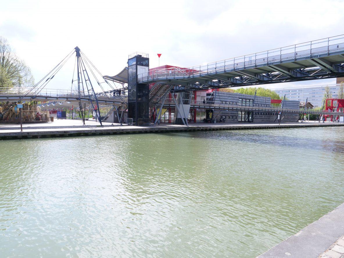 Un pont métallique dans le parc de la Villette dans le 19 ème arrondissement de Paris