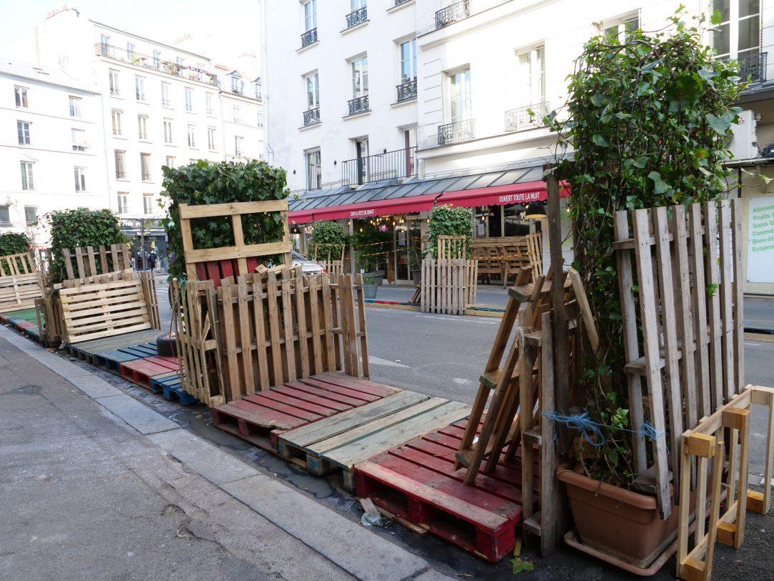 Un restaurateur parisien ayant investit la rue malgré la fermeture des terrasses depuis des mois et la saison hivernale