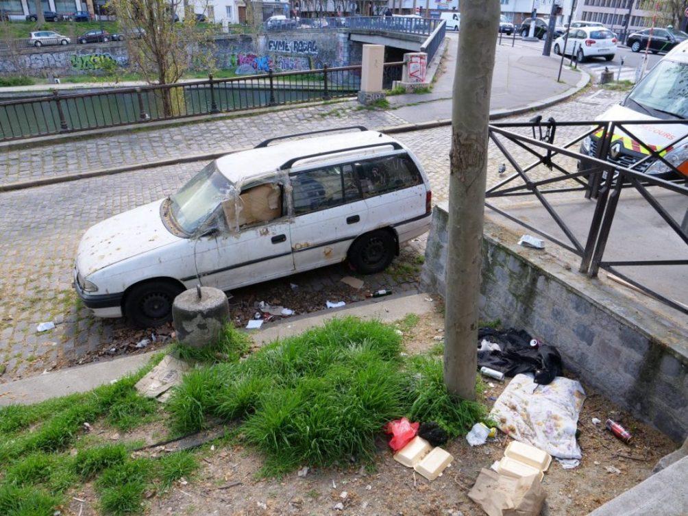 Un véhicule hors service et des détritus le long du canal Saint-Martin