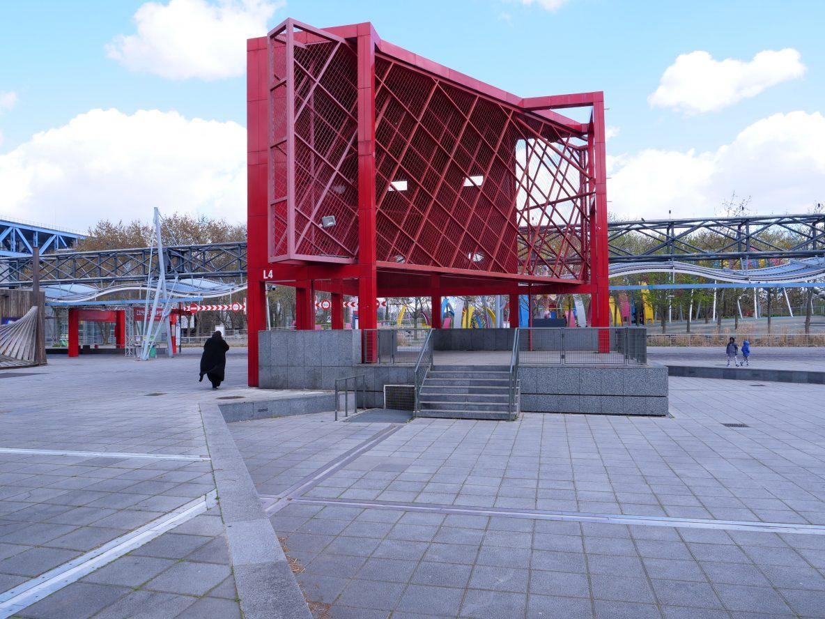 Une des nombreuses installations metalliques rouges du parc de la Villette