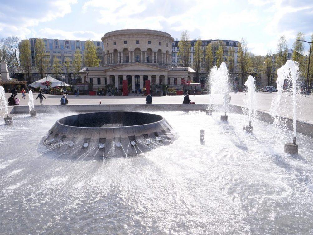 Une fontaine et la Rotonde de Stalingrad