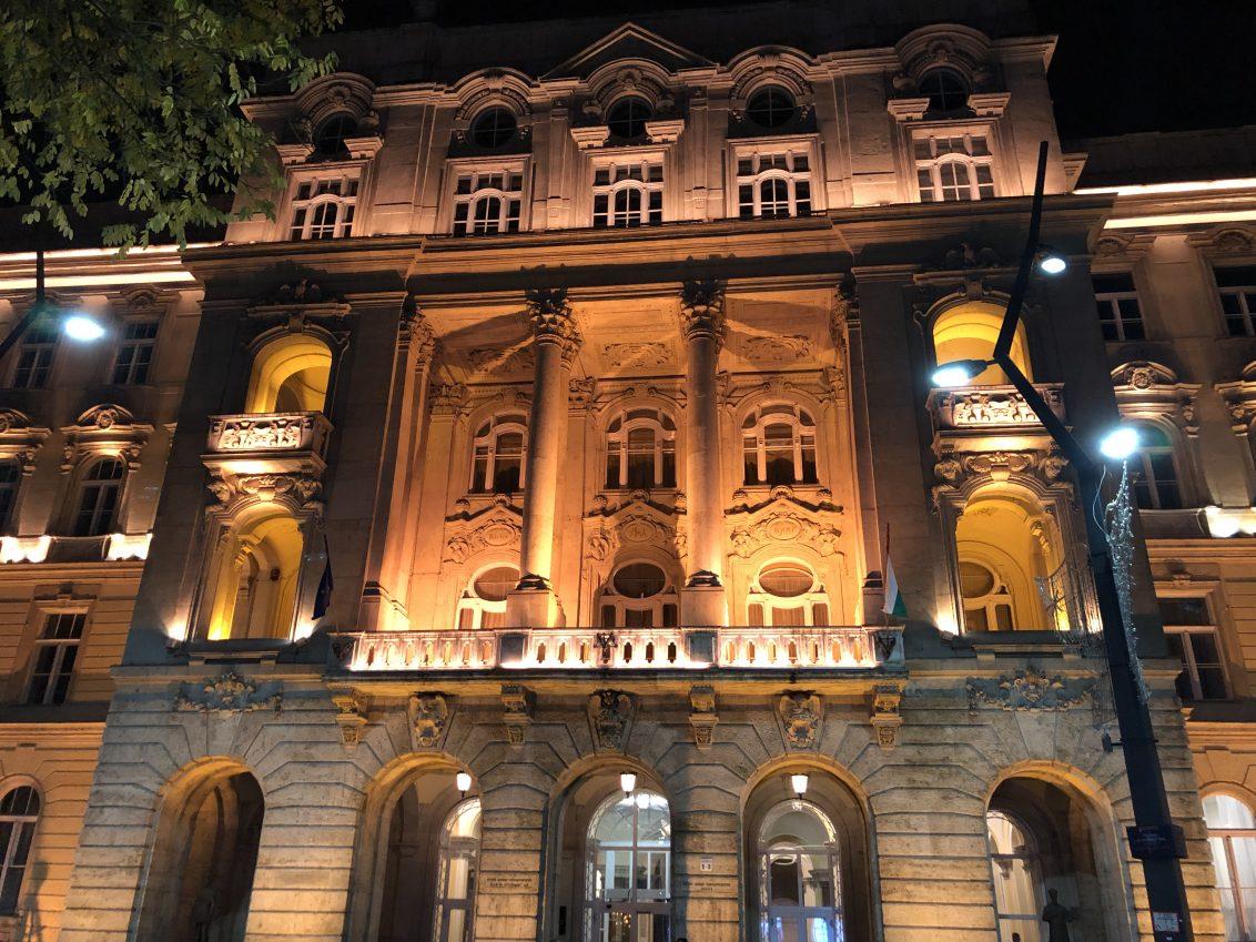 La façade d'une bibliothèque municipale à Budapest