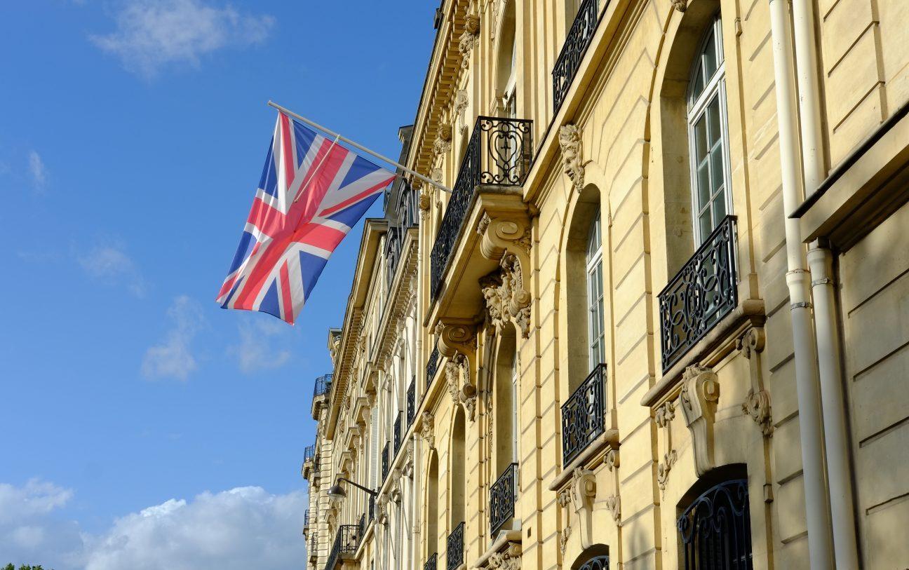 Le drapeau britannique sur la façade du British Council