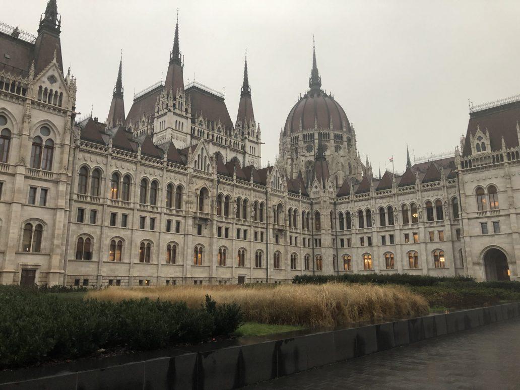 Le fameux parlement de Budapest sous la pluie