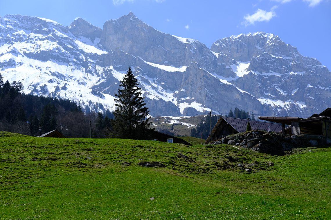 Les montagnes et une prairie en Suisse à Engelberg dans le Canton d'Obwald