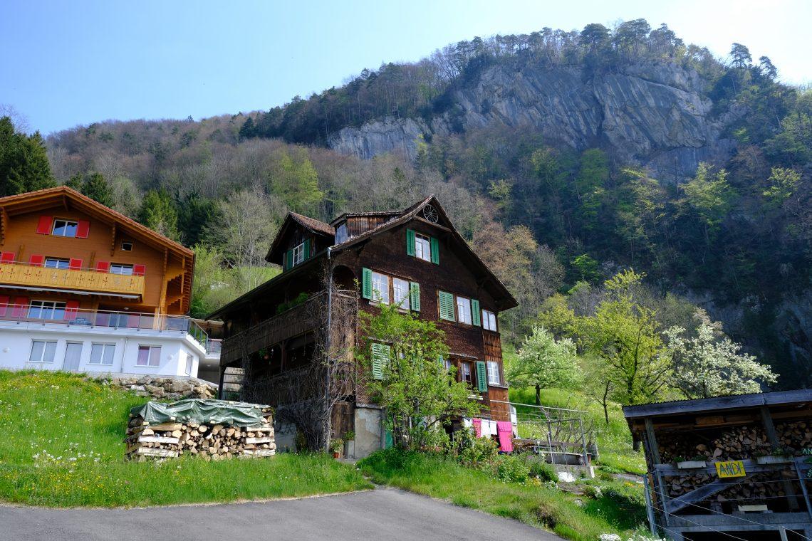 Quelques chalets à la lisière de la montagne, Gersau en Suisse