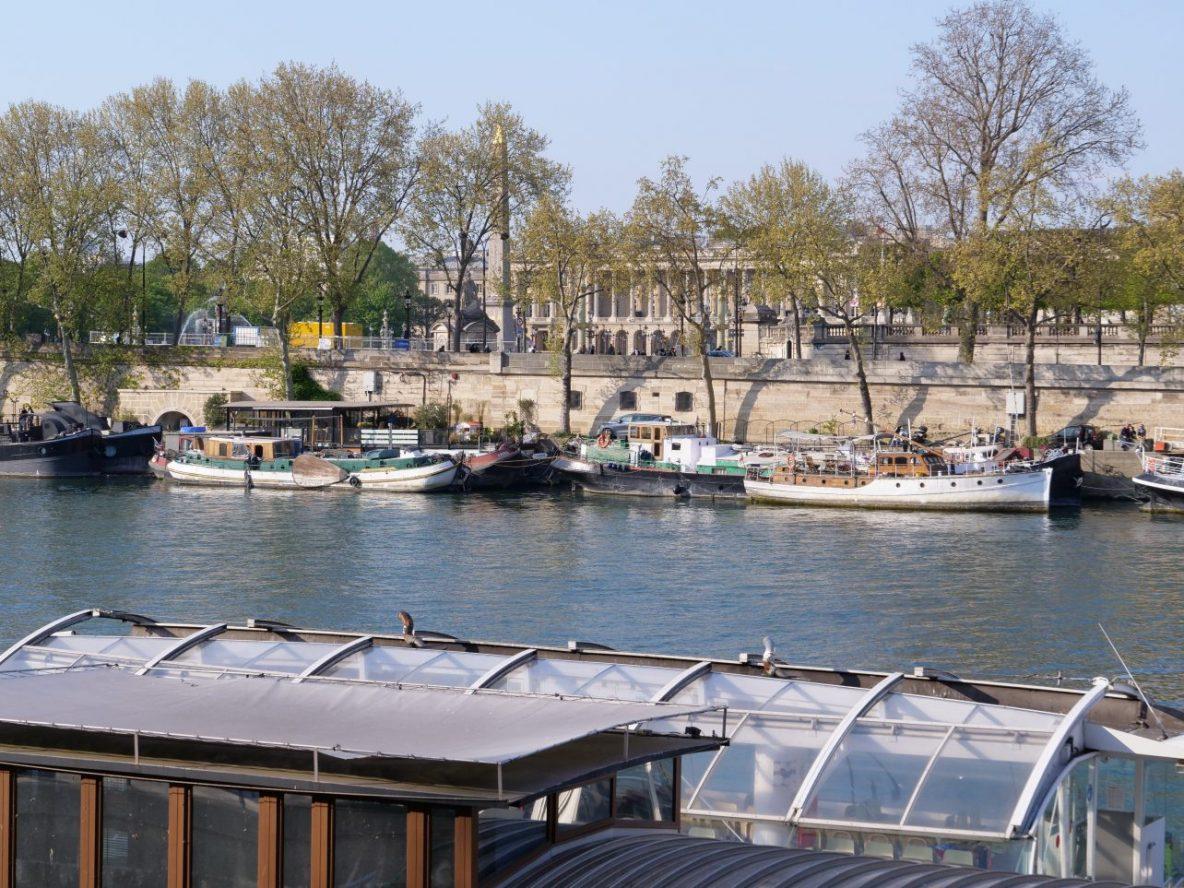 Quelques péniche le long du quai qui longe le jardin des Tuileries