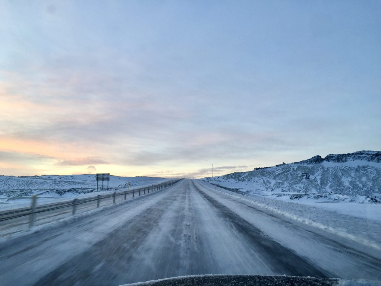 Sur une route islandaise à proximité de Reykjavik