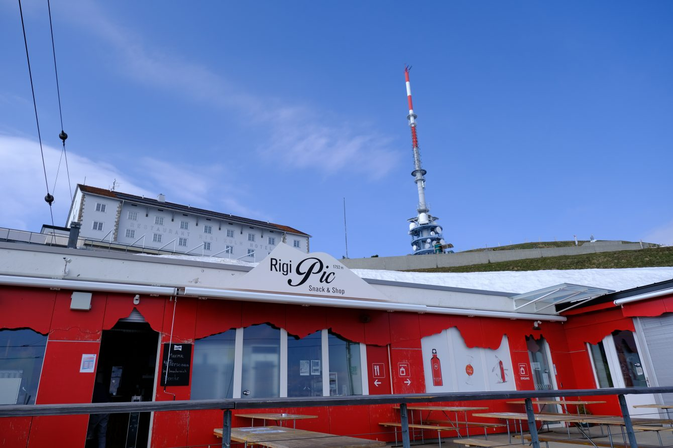 Un bar, un hôtel et une antenne au sommet de Rigi