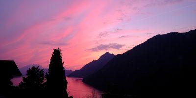 Un coucher de soleil sur le lac de Lucerne au printemps