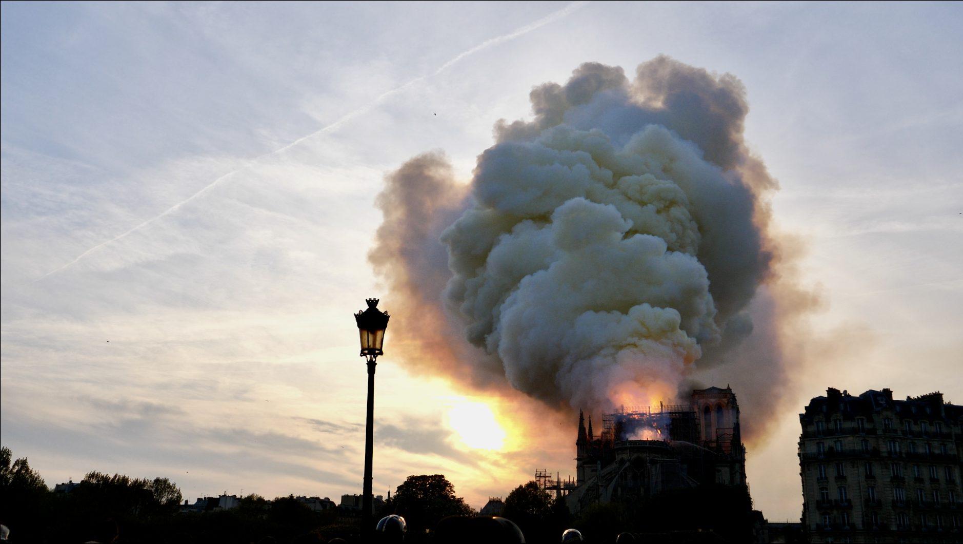 Un épais nuage de fumée s'échappant de Notre Dame en feu le 15 avril 2019