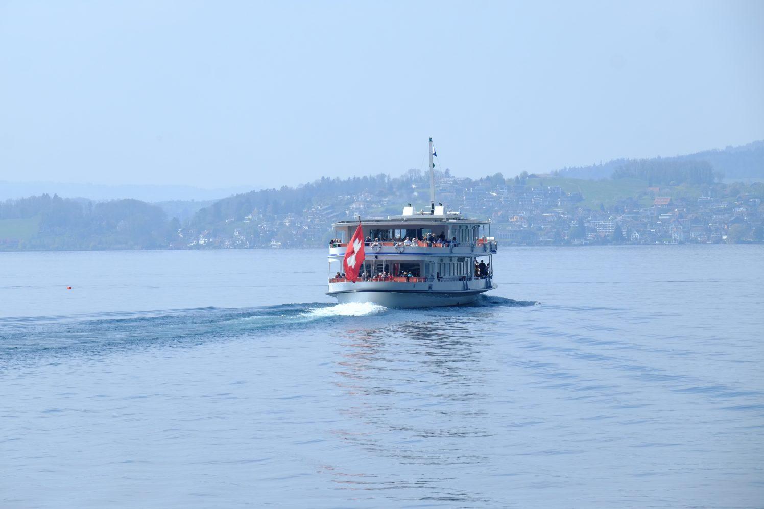 Un ferry quittant le port de Vitznau en plein coeur de la Suisse