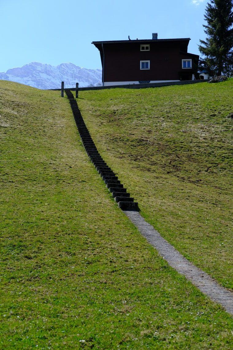 Un petit escalier menant à un chalet suisse