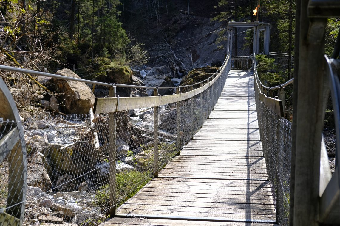 Un petit pont de bois dans la montagne près d'Engelberg