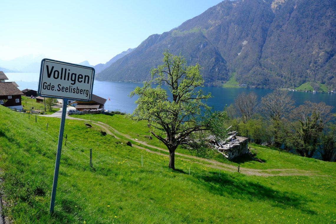 Un petit village suisse sous le soleil