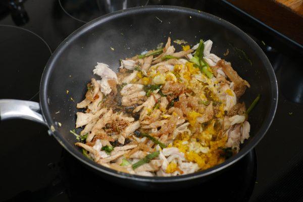 Un plat cambodgien à base de poulet en préparation