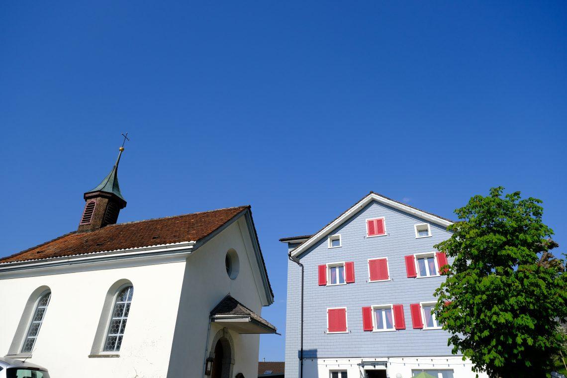 Un restaurant suisse et une petite chapelle à Vollingen