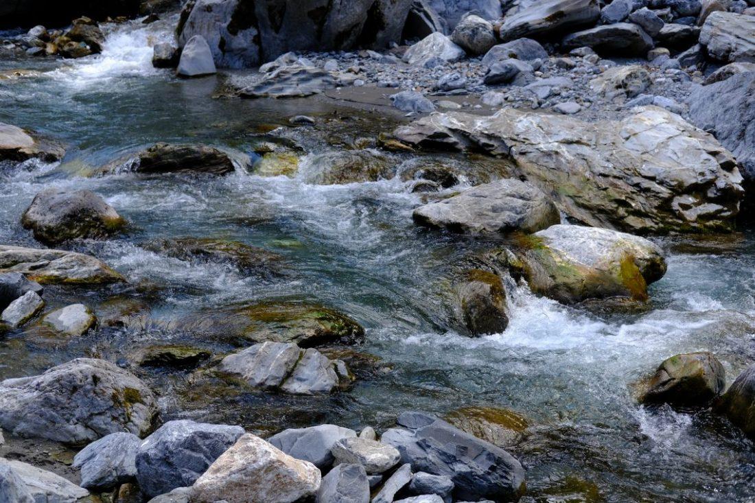 Une petite rivière serpentant le long des montagnes